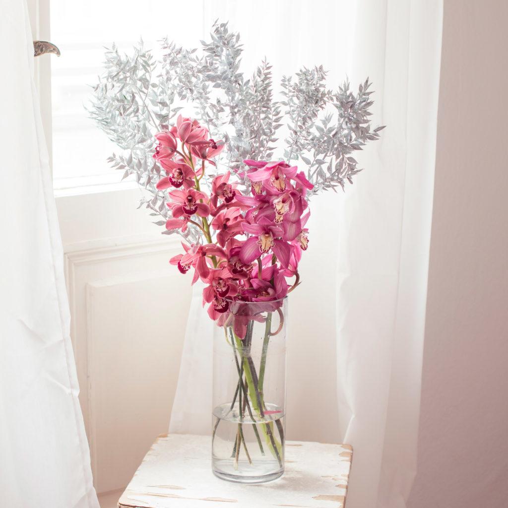 Blumen für die Bodenvase