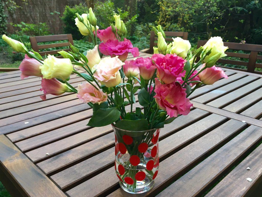 Einfarbige DIY-Vase mit Blumen