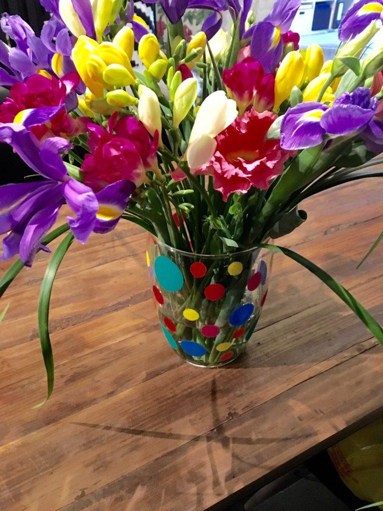 Bunte DIY-Vase mit Blumen