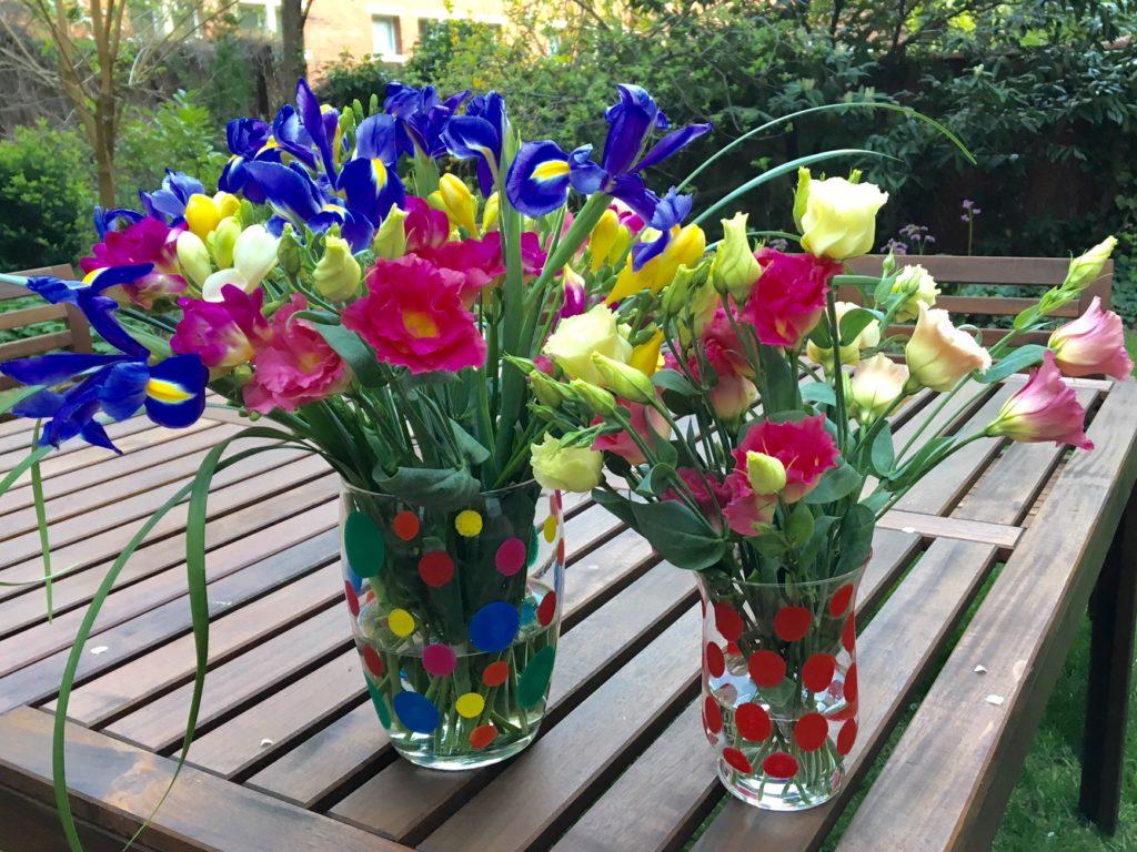 Fertige DIY-Vasen mit Blumen