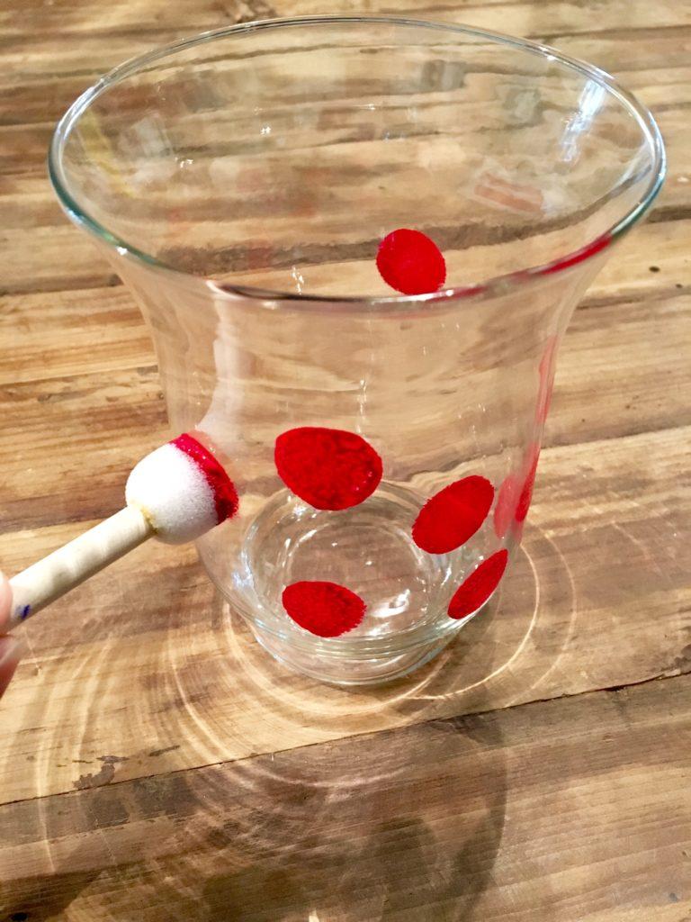 DIY-Vase Farbe auf Vase tupfen