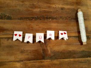Wimpel aufhängen für DIY-Muttertagsgeschenk