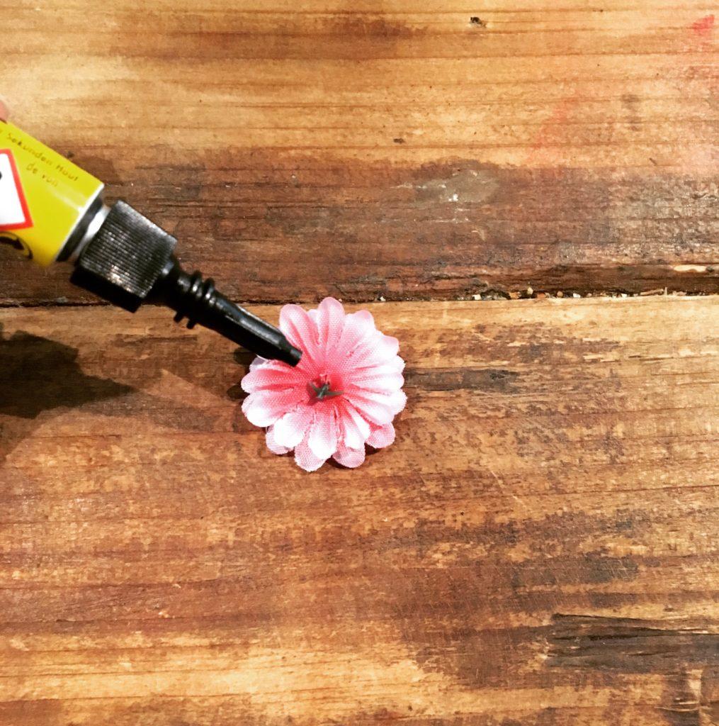 DIY-Sonnebrille Blüten bekleben