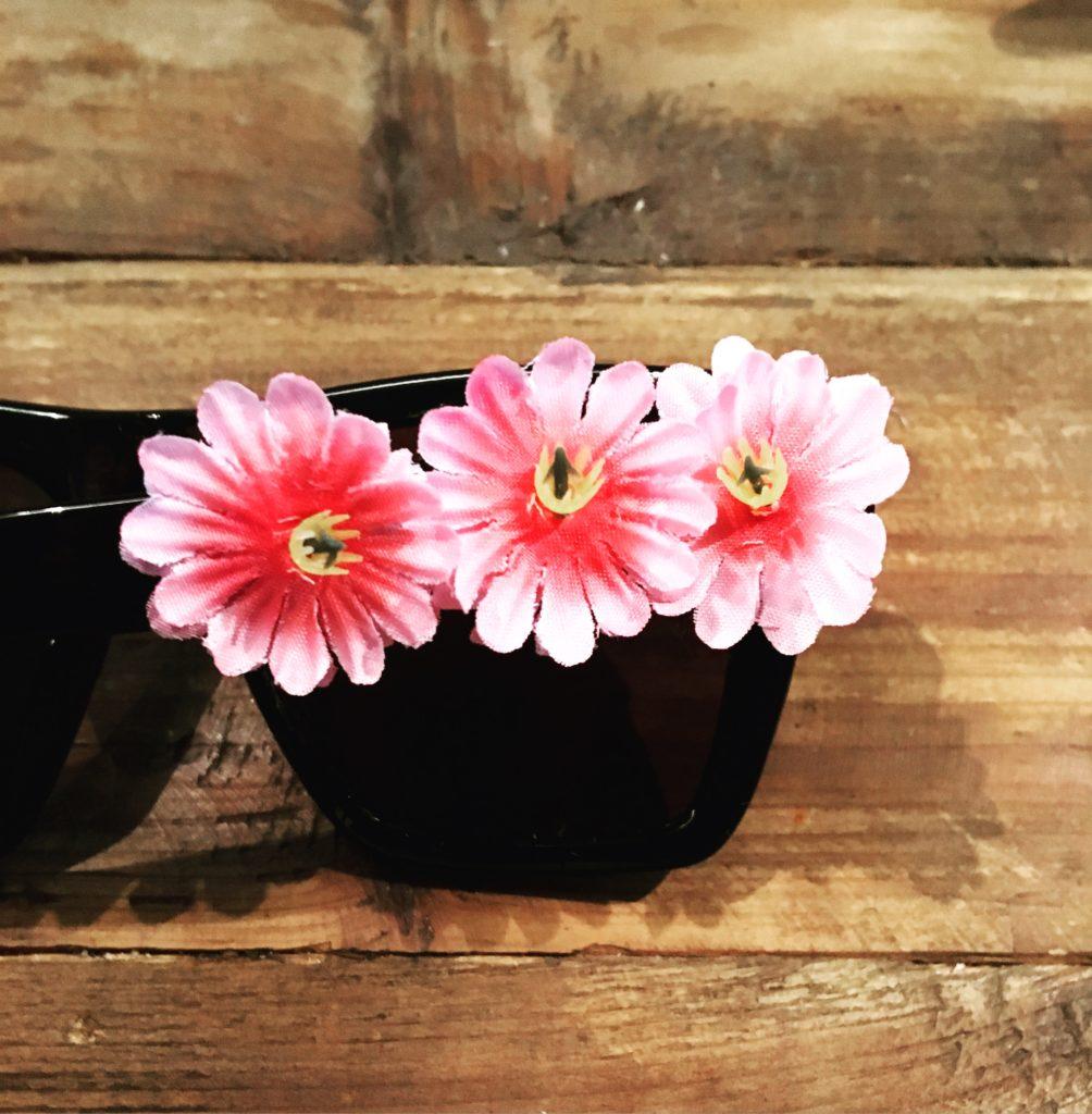 DIY-Sonnenbrille mit drei Blüten