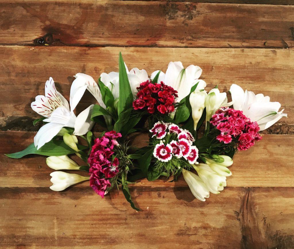 Blumen kürzen für DIY-Blumenband