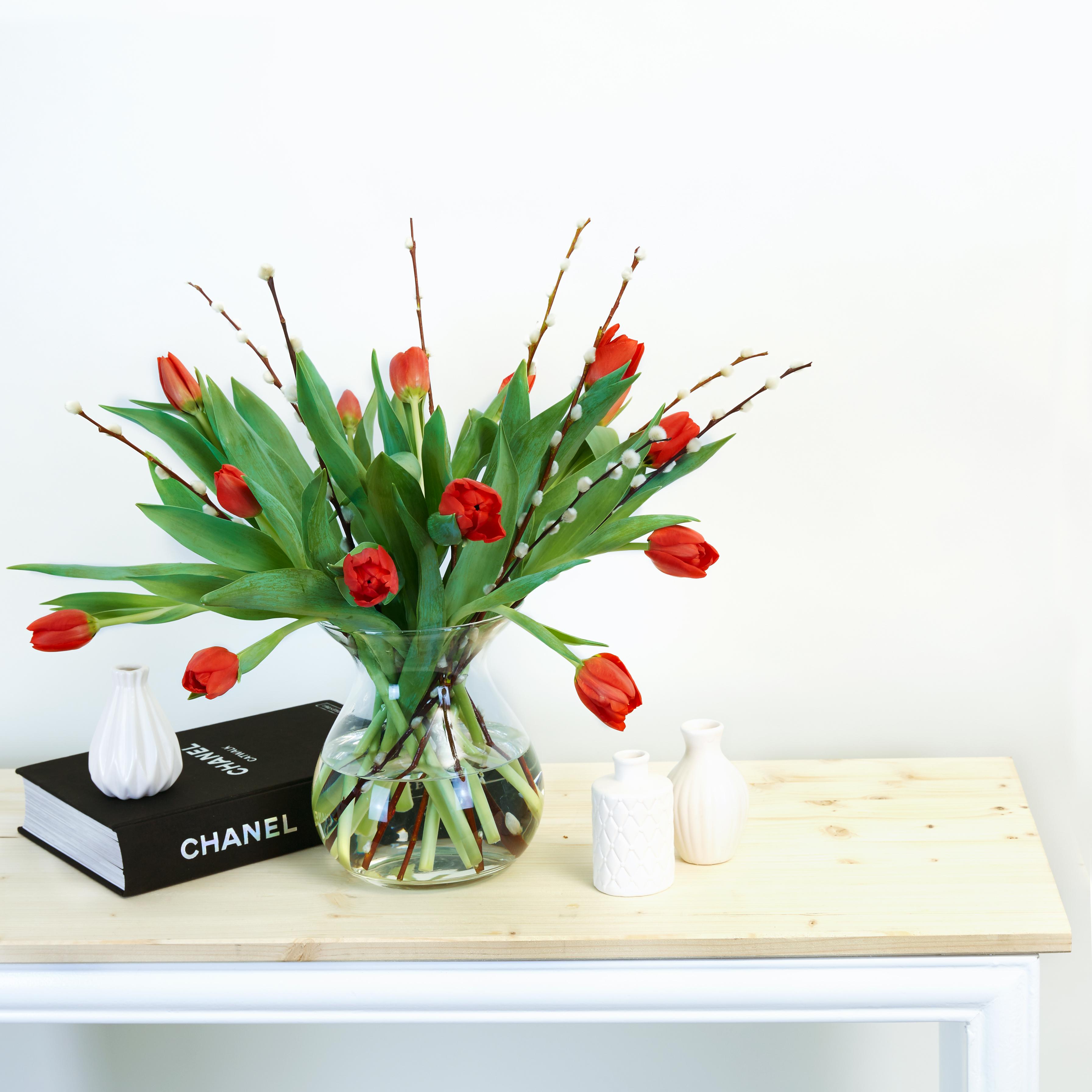 Blumen der Woche: Ruby Tulips; Tulpen und Weidenkätzchen