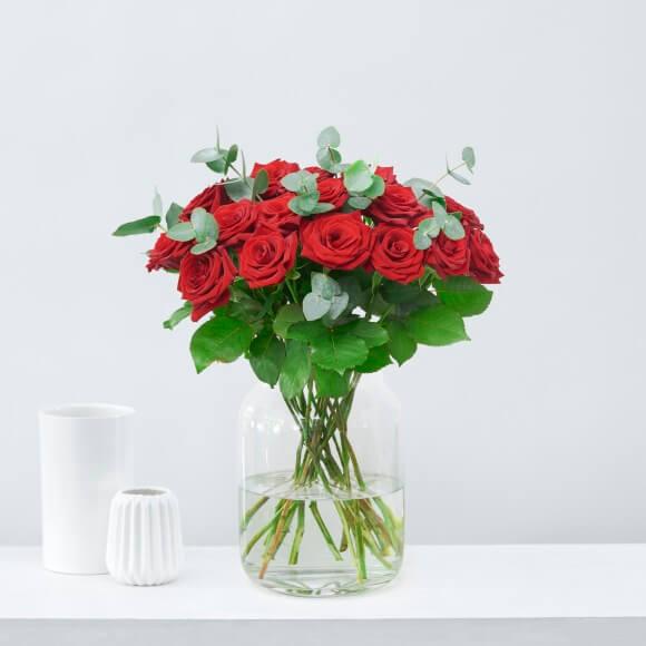 Weihnachtsblumen-rote-Rosen-Eukalyptus weihnachten