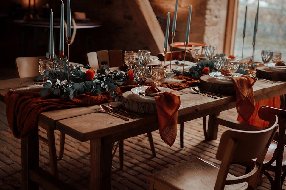 Hochzeit Tischdekoration mit Blumen ©nicolebarnowfotografie
