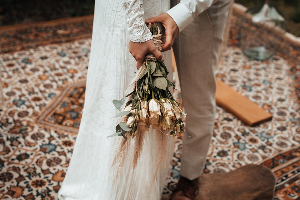 DIY-Brautstrauß mit weißen Rosen©nicolebarnowfotografie